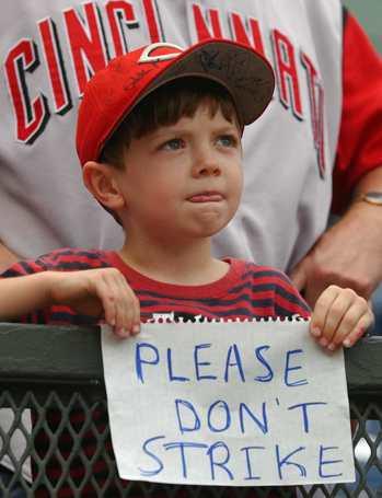 2002年大聯盟一度陷入罷工危機,小球迷舉標語不希望停賽。 美聯社