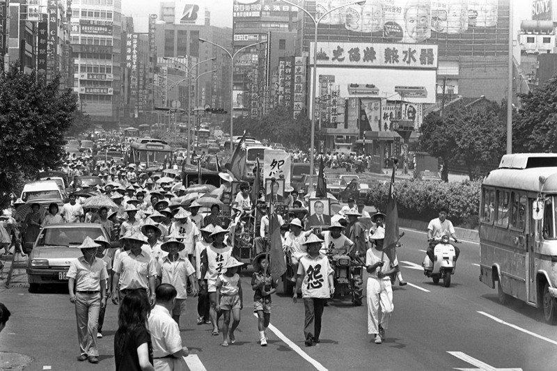 1987年8月11日,社子島居民乘坐鐵牛車前往市府、經建會及經濟部陳情,要求對社子島築堤保護。 圖/聯合報系資料照