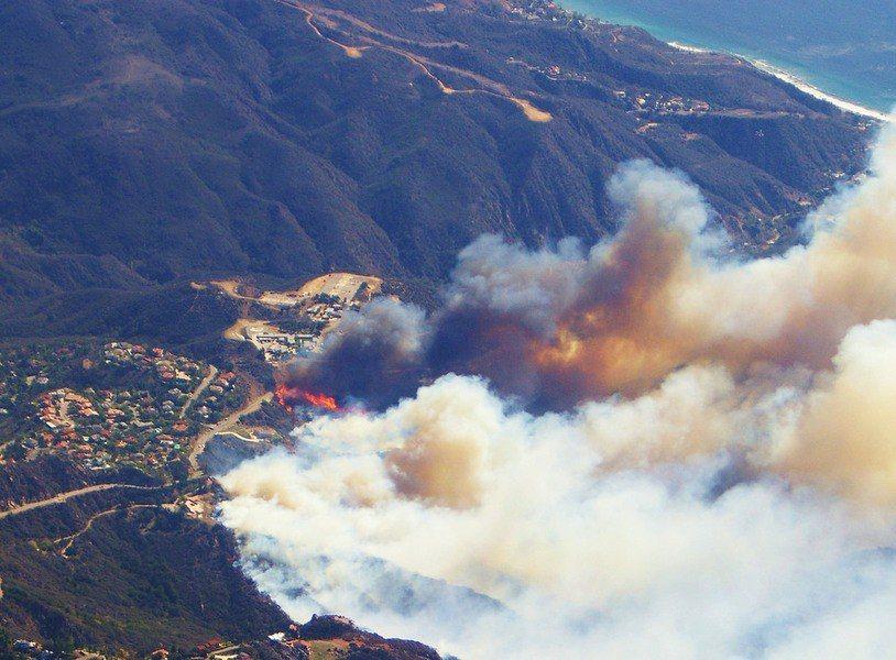 人類對環境破壞,讓大自然開始快速反撲。(Photo by Ron Reiring...