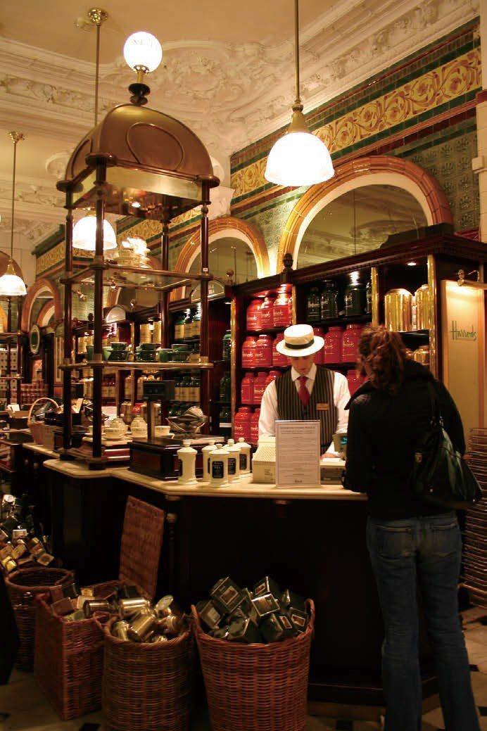 Harrods百貨茶葉展售區。圖/摘自寫樂文化《紅茶經:葉怡蘭的20年尋味之旅》