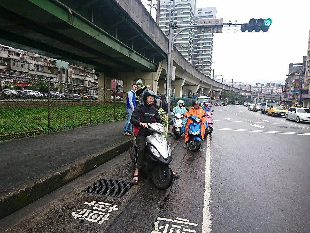 汐止大同路上的建成及鄉長路口機車待轉都得等好久,民眾不斷陳情希望能夠和汽車一起左...