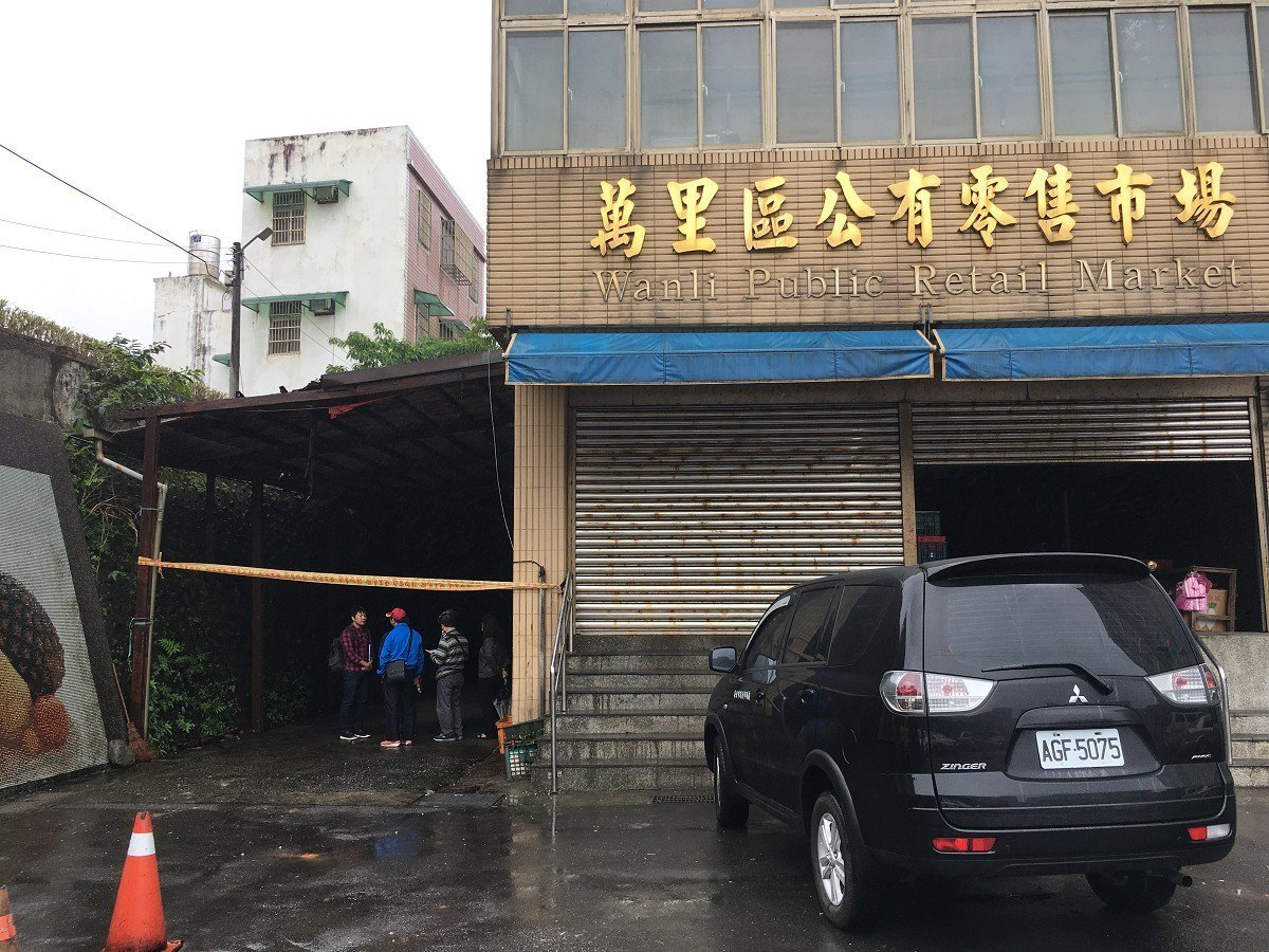 萬里區公有市場卸貨區卻是鋼骨都生鏽斑駁、屋頂破洞漏水,攤商們擔憂危險希望相關單位...