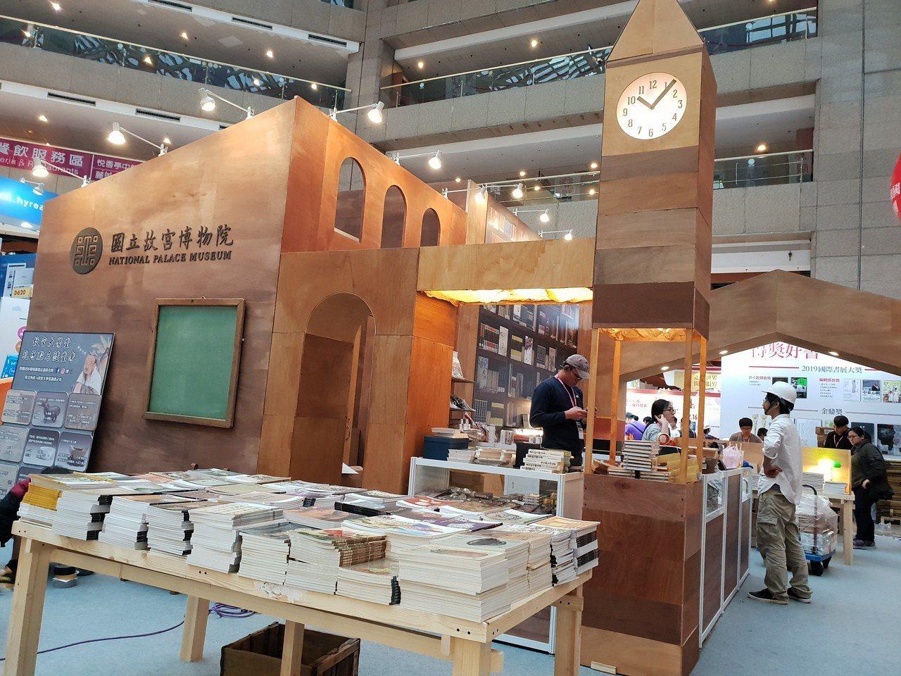 國立故宮博物院以「故宮大學堂」為主題策展,打造台灣早期學校復古讀書空間,推出九大...