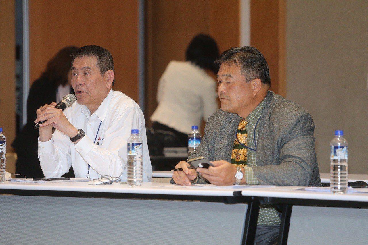 華航第三次勞資協商在凌晨1時起展開,資方由華航總經理謝世謙(左)領軍。記者胡經周...
