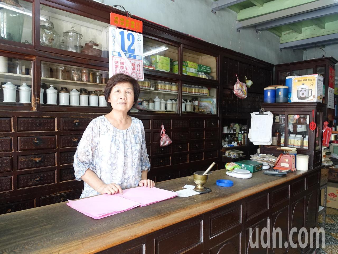 有百年歷史的德安中藥房不但門面和百年前相仿,屋內中藥櫃也維持古色古香。記者翁禎霞...