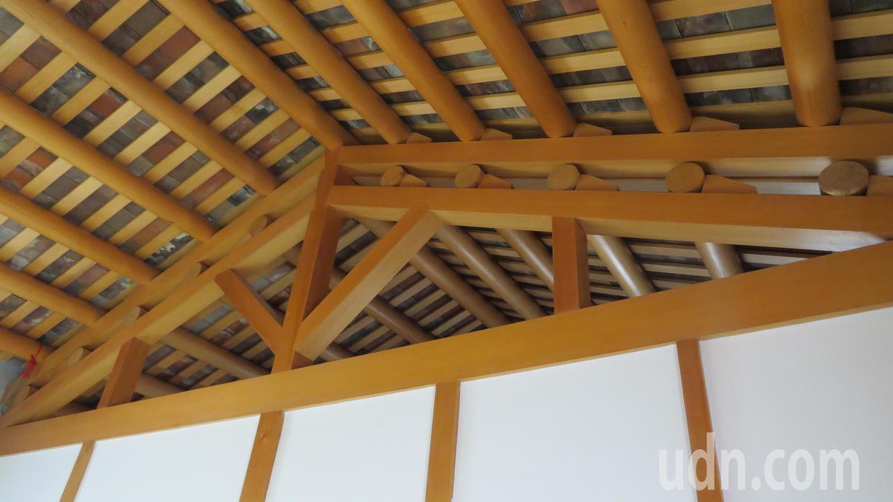 蘆竹湳林家祖厝「修舊如舊」,從日本買回台灣檜木當梁柱。記者范榮達/攝影