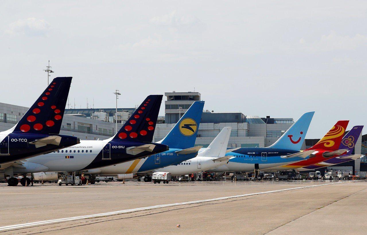 許多航空公司飛機停在布魯塞爾札范登國際機場。路透