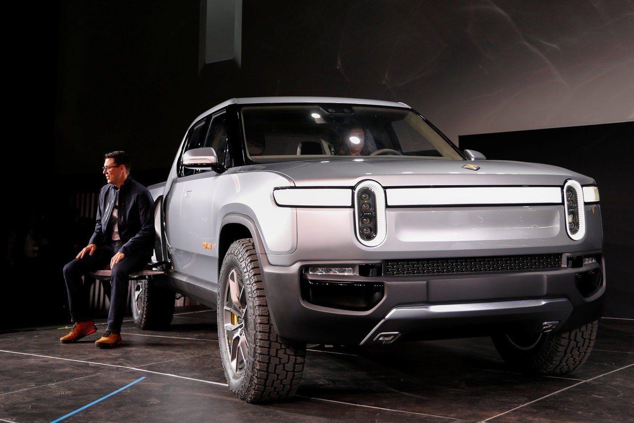 Rivian開發的全電動皮卡 R1T,坐在車旁的是公司35歲執行長R.J. Sc...