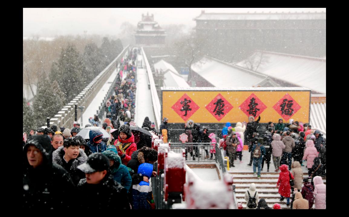 北京12日下起今年第二場雪,許多人都跑來欣賞銀裝素裹中的紫禁城。(中新社)
