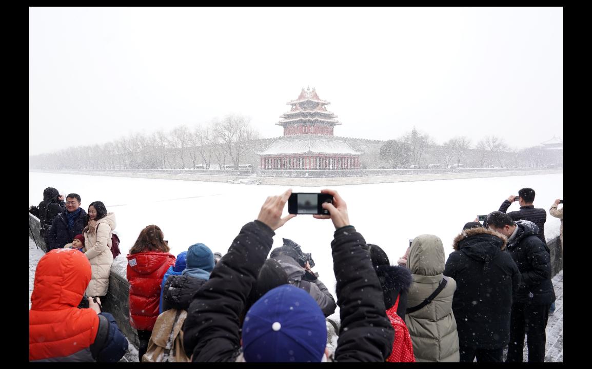 北京12日下起今年第二場雪,許多人都跑來欣賞銀裝素裹中的紫禁城。(新華社)