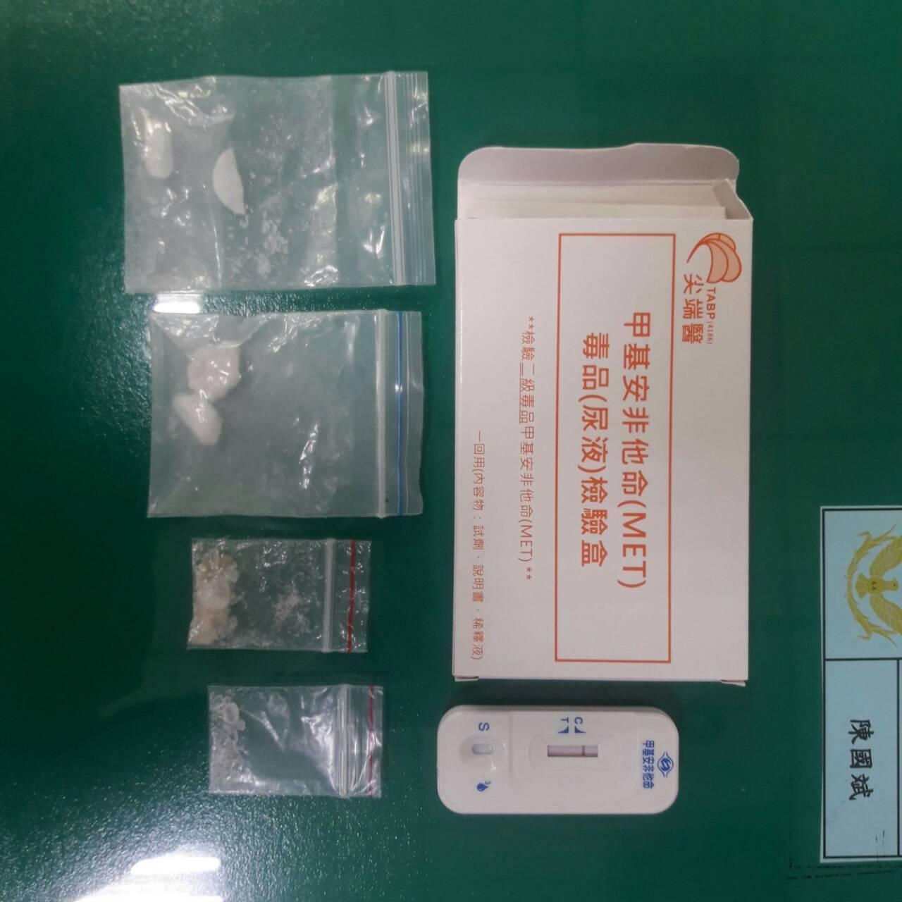警方從其棉花棒盒中取出4包安非他命與吸食器,紀坦承吸毒,警詢後將紀嫌依毒品罪嫌移...