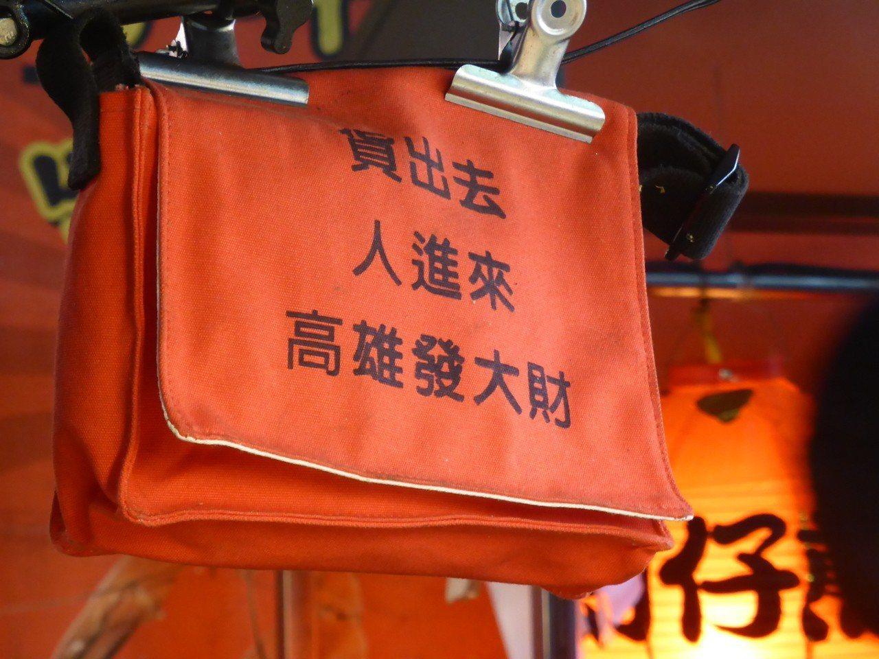 高雄市長韓國瑜的競選口號成為高市六合夜市攤商招徠顧客的廣告。記者楊濡嘉/攝影
