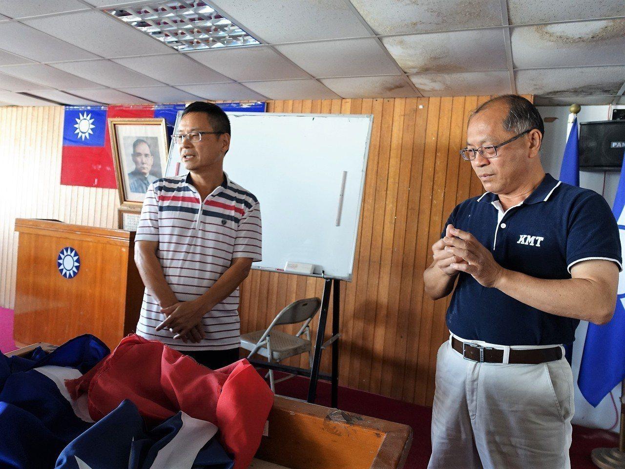 得標的廖姓業者(左)今天上午還是到國民黨屏東縣黨部了解屋況。記者翁禎霞/攝影