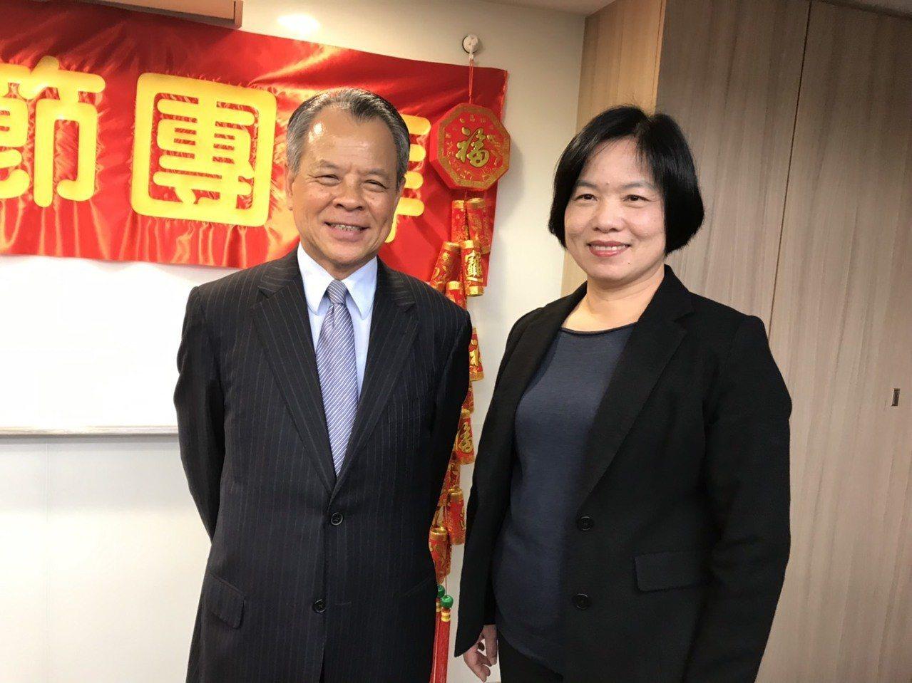 保險局長施瓊華(右)和產險公會理事長陳燦煌(左)出席產險公會新春團拜。記者仝澤蓉...