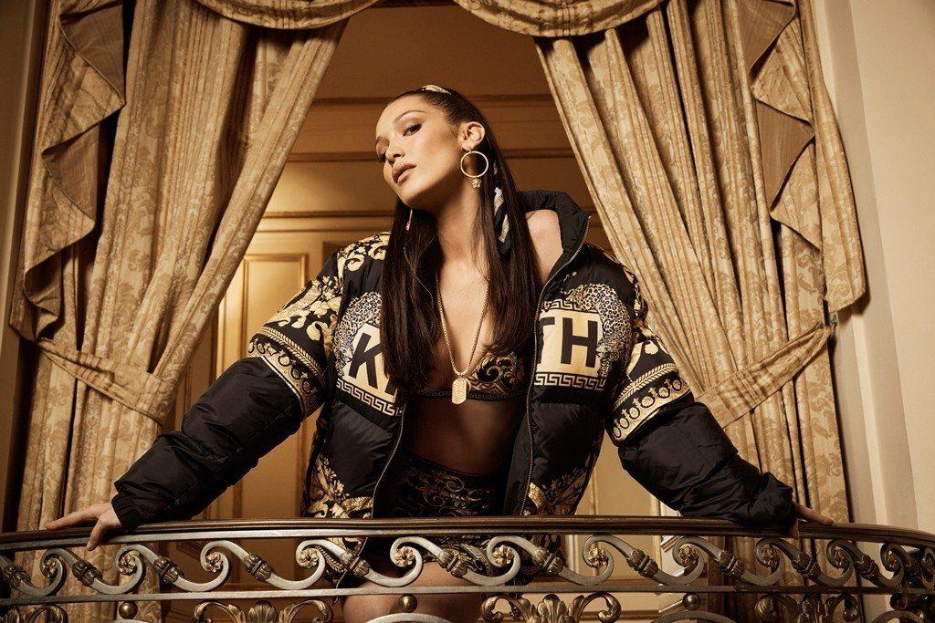 名模貝拉哈蒂德入鏡Kith x Versace聯名系列形象廣告。圖/Versac...