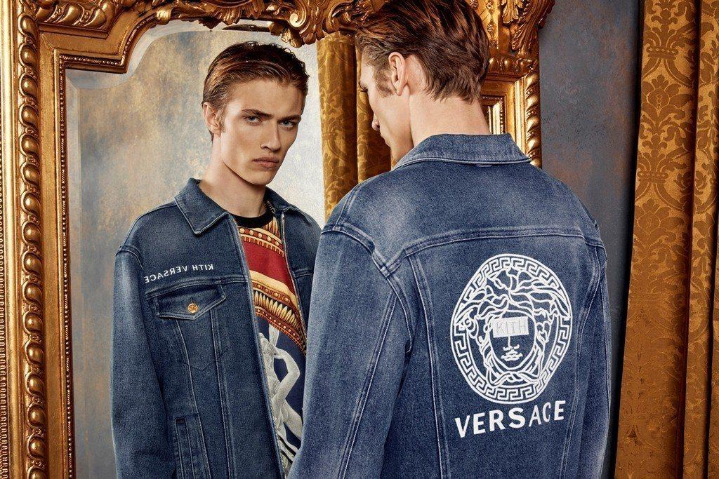 天使男模拉奇布魯史密斯入鏡Kith x Versace聯名系列形象廣告。圖/Ve...