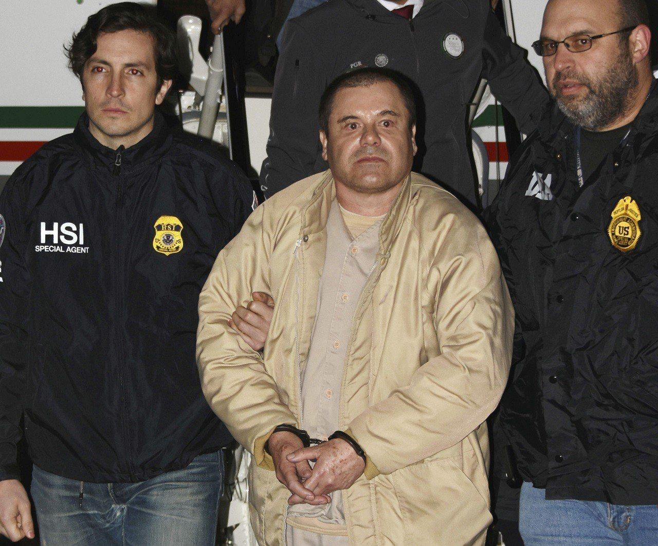 綽號「矮子」的墨西哥毒梟古茲曼(中)2017年1月19日從墨國被引渡到美國時拍下...