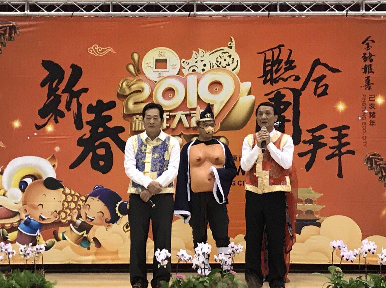 今日屏東市公所新春團拜,市長林恊松(右)宣示「鄰里編整」勢在必行。記者江國豪/攝...
