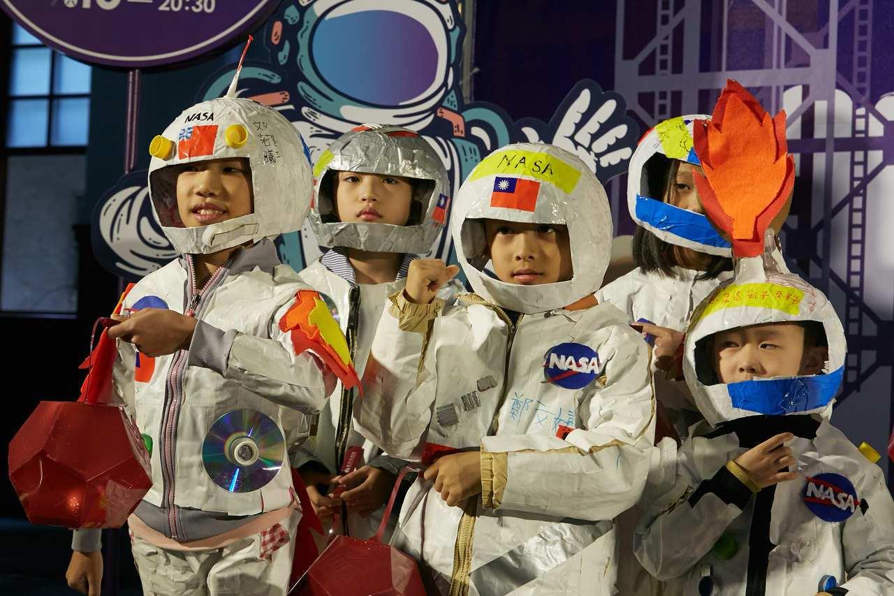 「太空漫遊慶元宵」活動記者會上,大湖國學生利用寒假期間發揮創意,也穿著自製的各式...