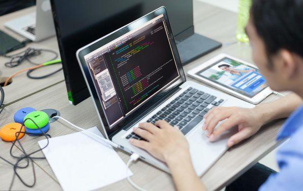 2018年大陸IT行業程式設計師平均薪資人民幣1.5萬元。照片來源/網易