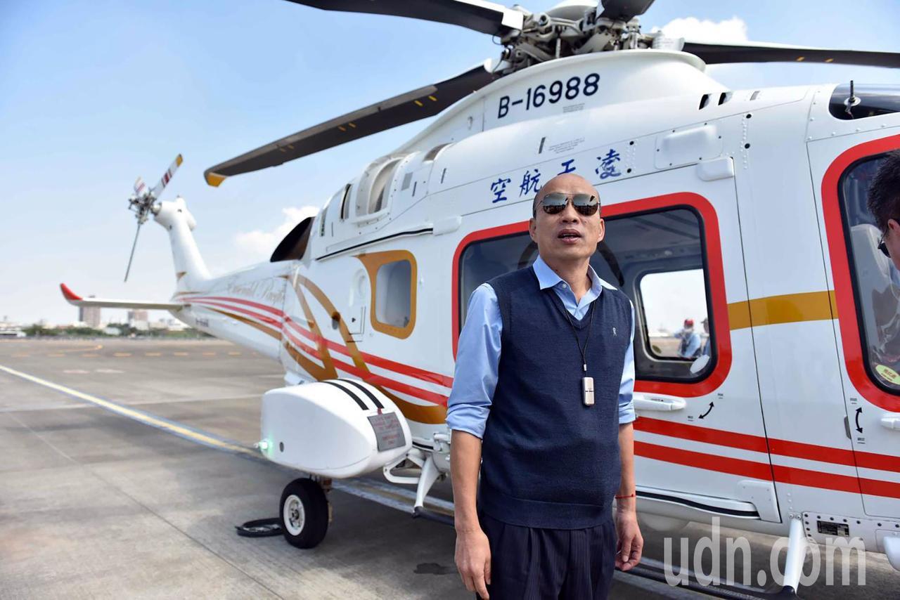 高雄市長韓國瑜今天上午搭乘直升機從高空俯瞰愛河流域,從空中瞭解市政問題。圖/高雄...