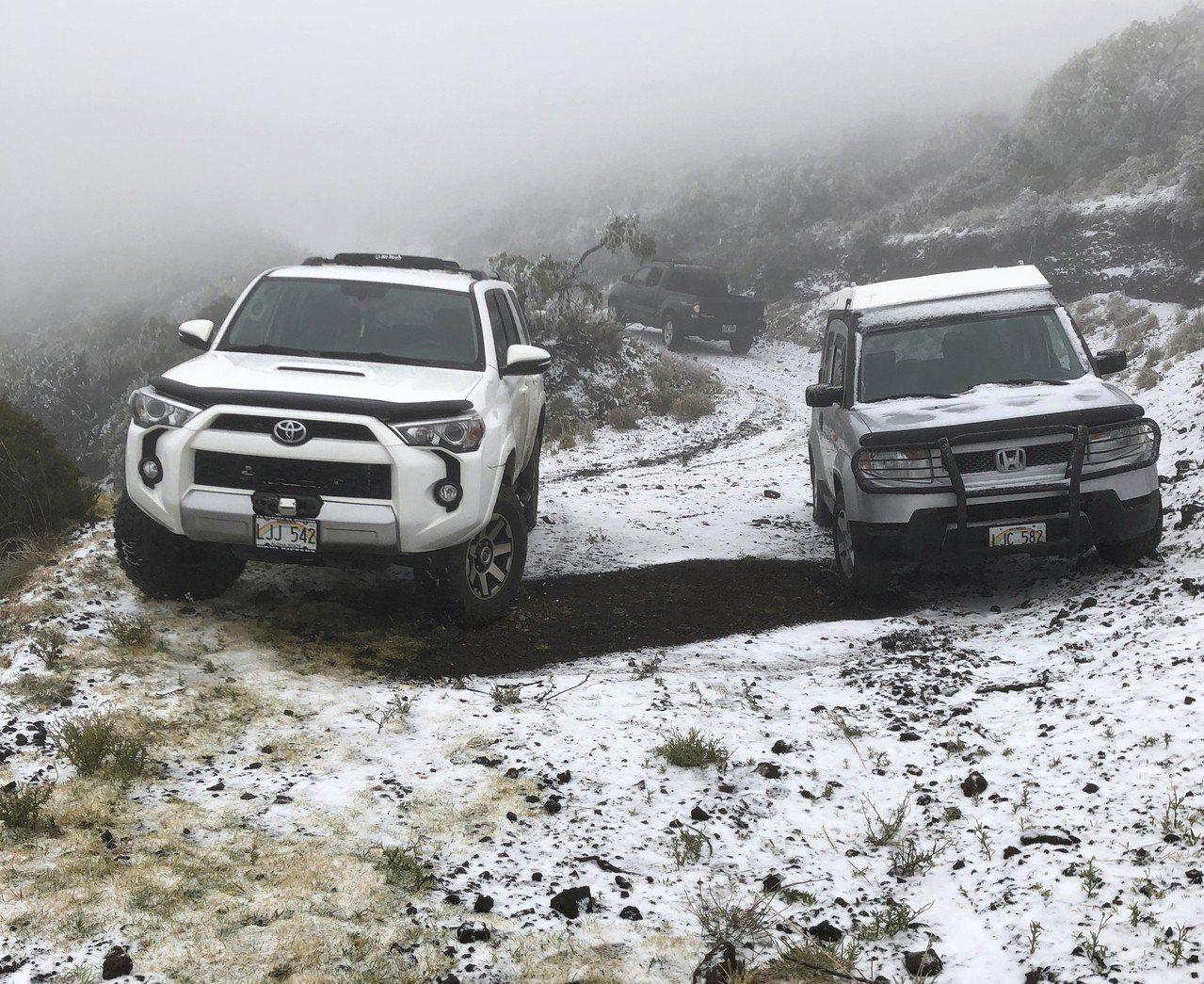 夏威夷茂宜島波里波里州立公園出現地面積雪的罕見畫面。美聯社