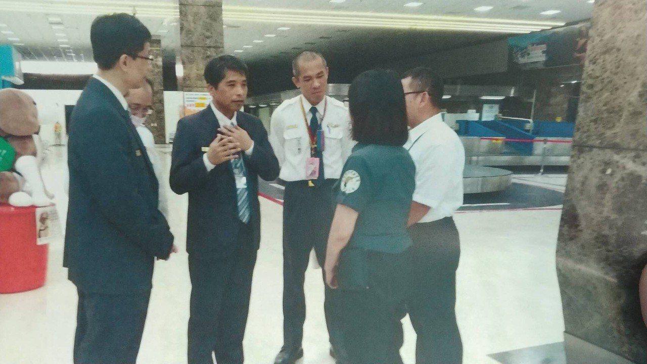 11日上午移民署高雄機場隊隊長率涉嫌踢狗的陳姓隊員(左二)道歉。記者劉星君/翻攝