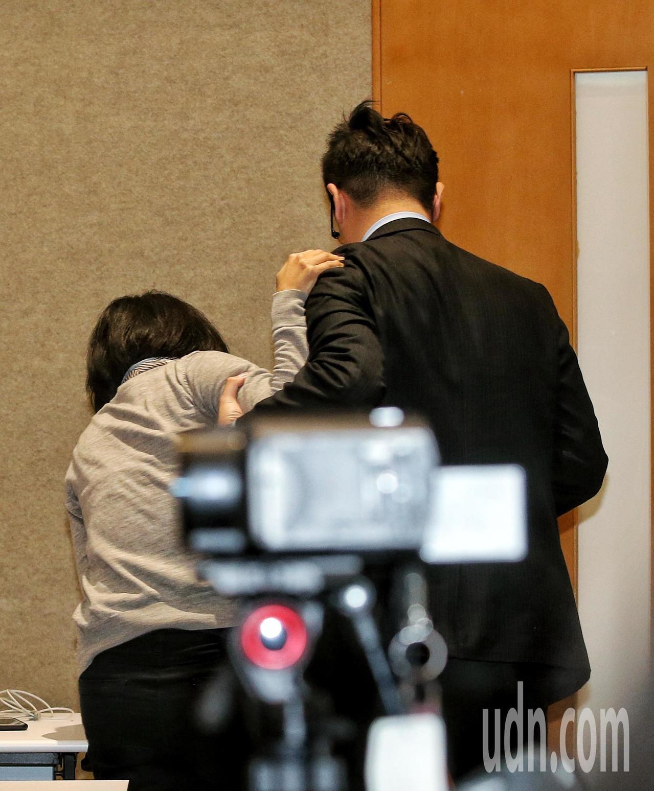 華航法務部經理單嘉鈴(左)疑似身體不適離場。記者鄭清元/攝影