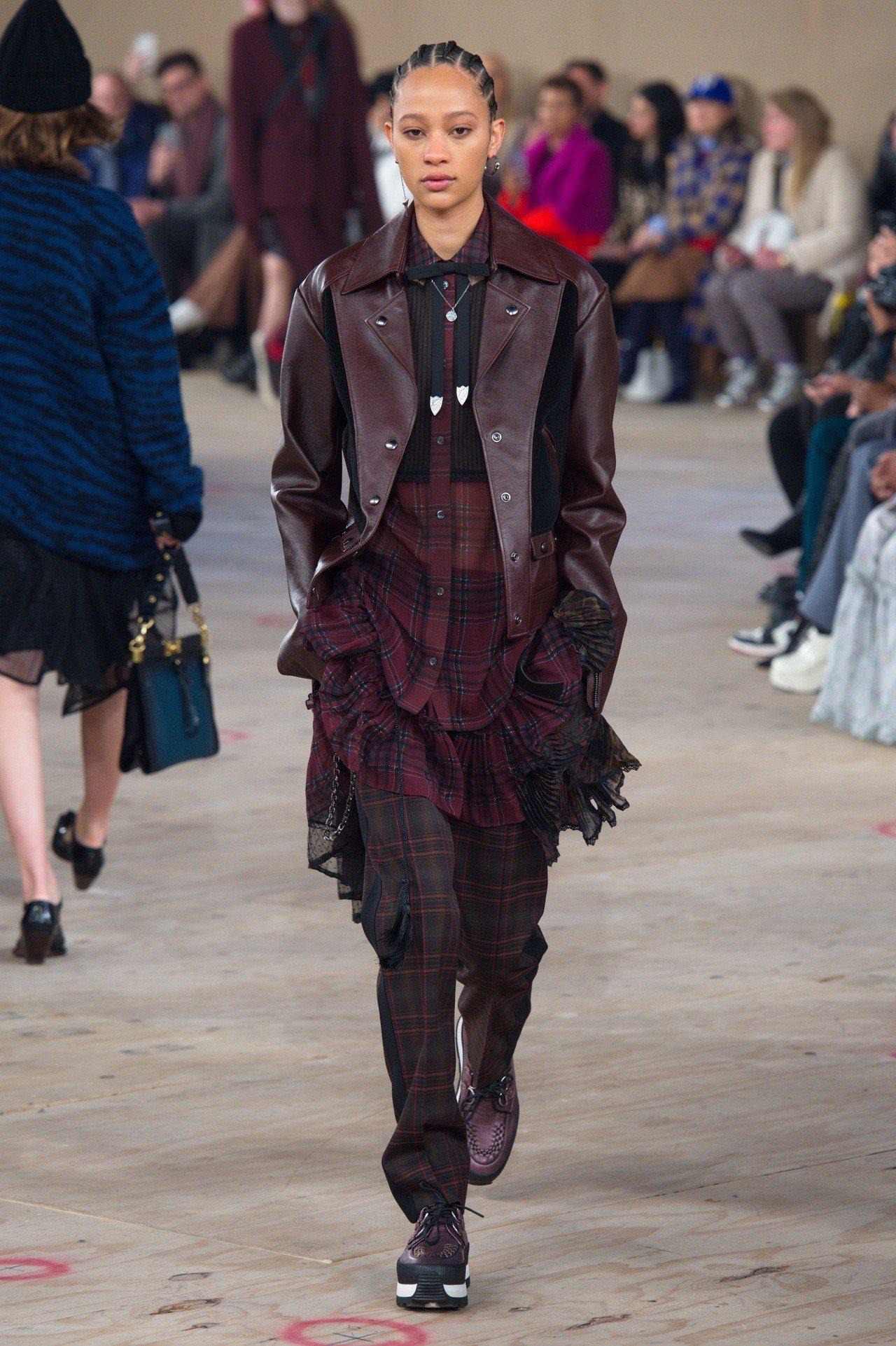 格紋與荷葉邊的混搭運用再配襯皮革,讓秋季女裝顯得更有個性。圖/COACH提供