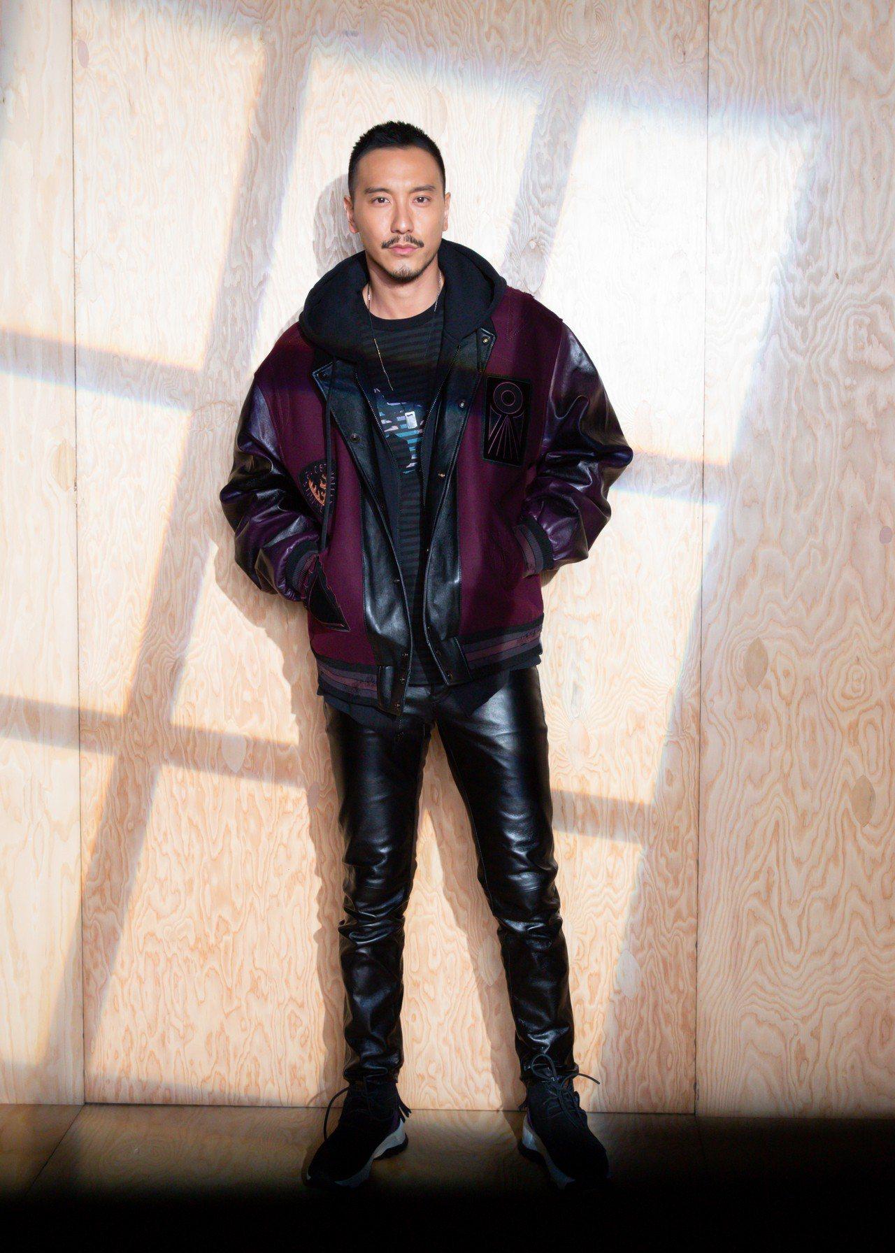 王陽明穿2019春季Varsity夾克,搭配Rexy上衣展現美式經典風格。圖/C...