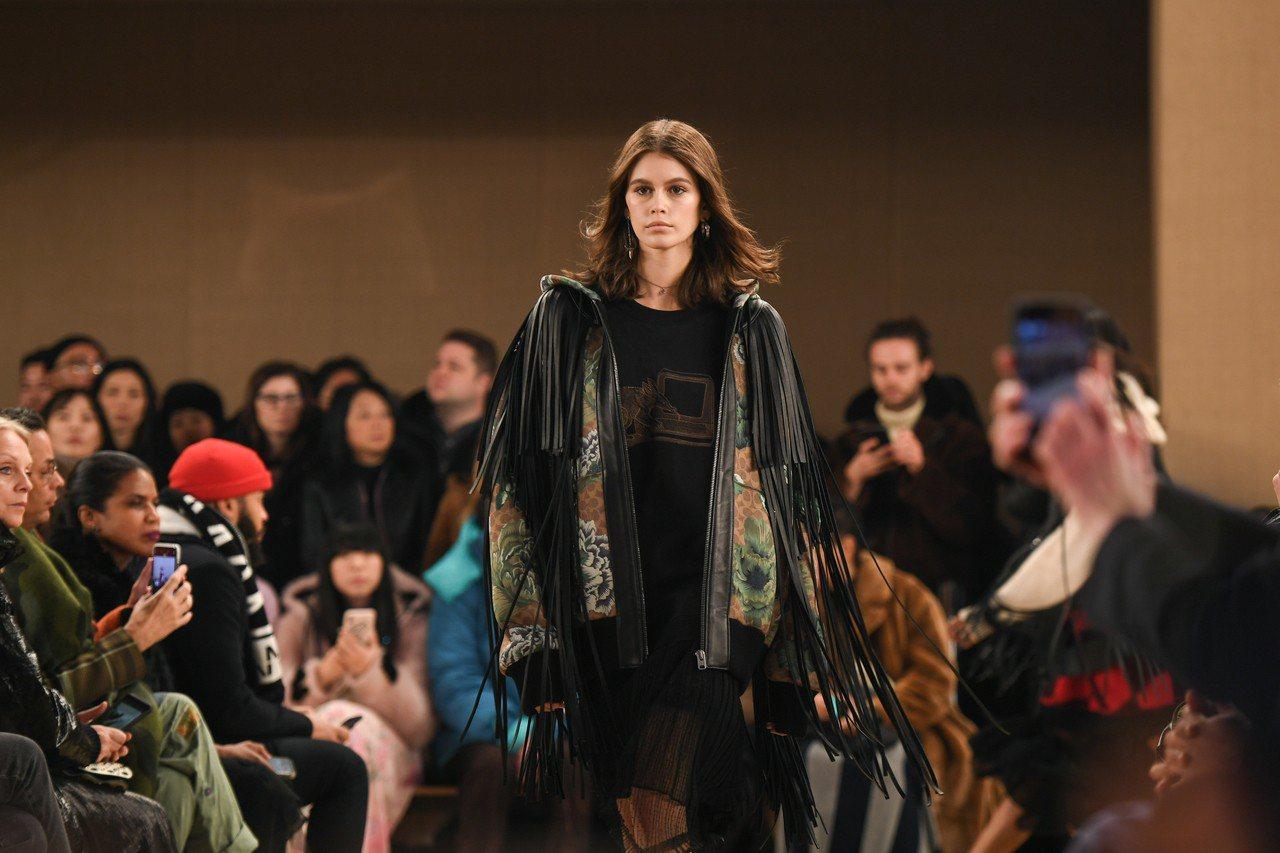 凱亞葛柏是2019秋季大秀模特兒。圖/COACH提供