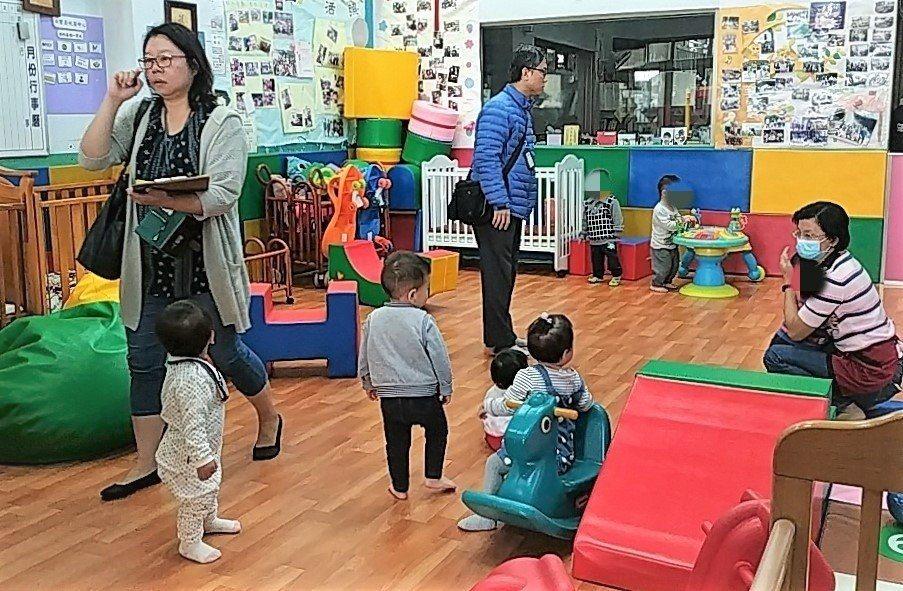 台南市歸仁區某托嬰中心去年10月底申請停業,結果在停業期間還持續收托25名幼童,...