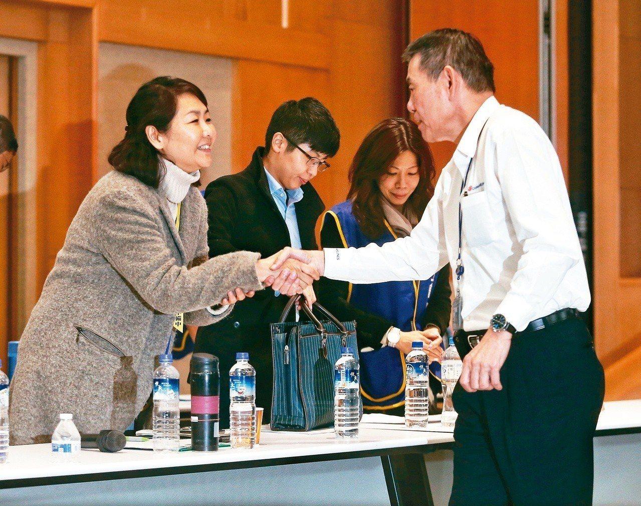 近11小時的「紅眼協商」結束,華航總經理謝世謙(右)與桃園市機師職業工會常務理事...