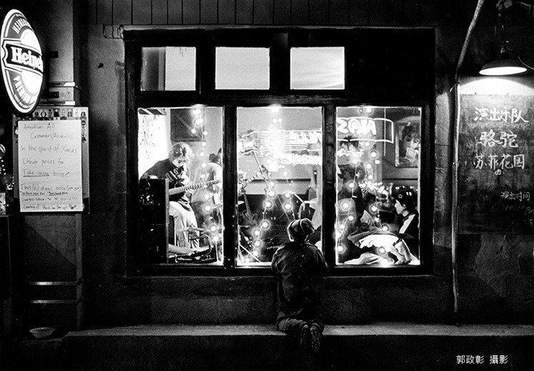 攝影師郭政彰捐贈24幅攝影作品,透過攝影展提供有興趣的民眾購買作品,義賣收益全數...