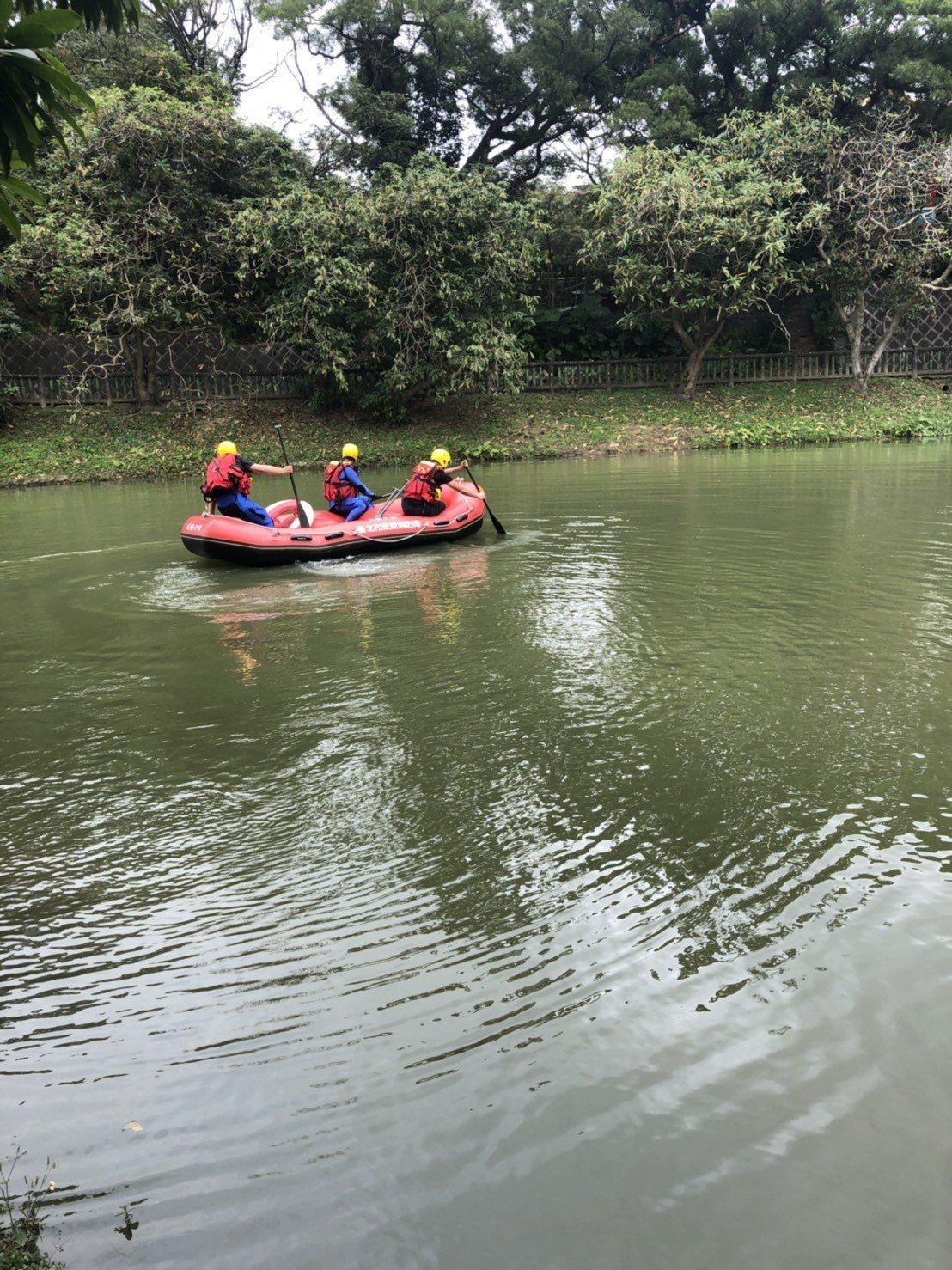 陳姓男子在台北市南港公園水池溺水,被救起送醫已無生命跡象。記者李奕昕/翻攝