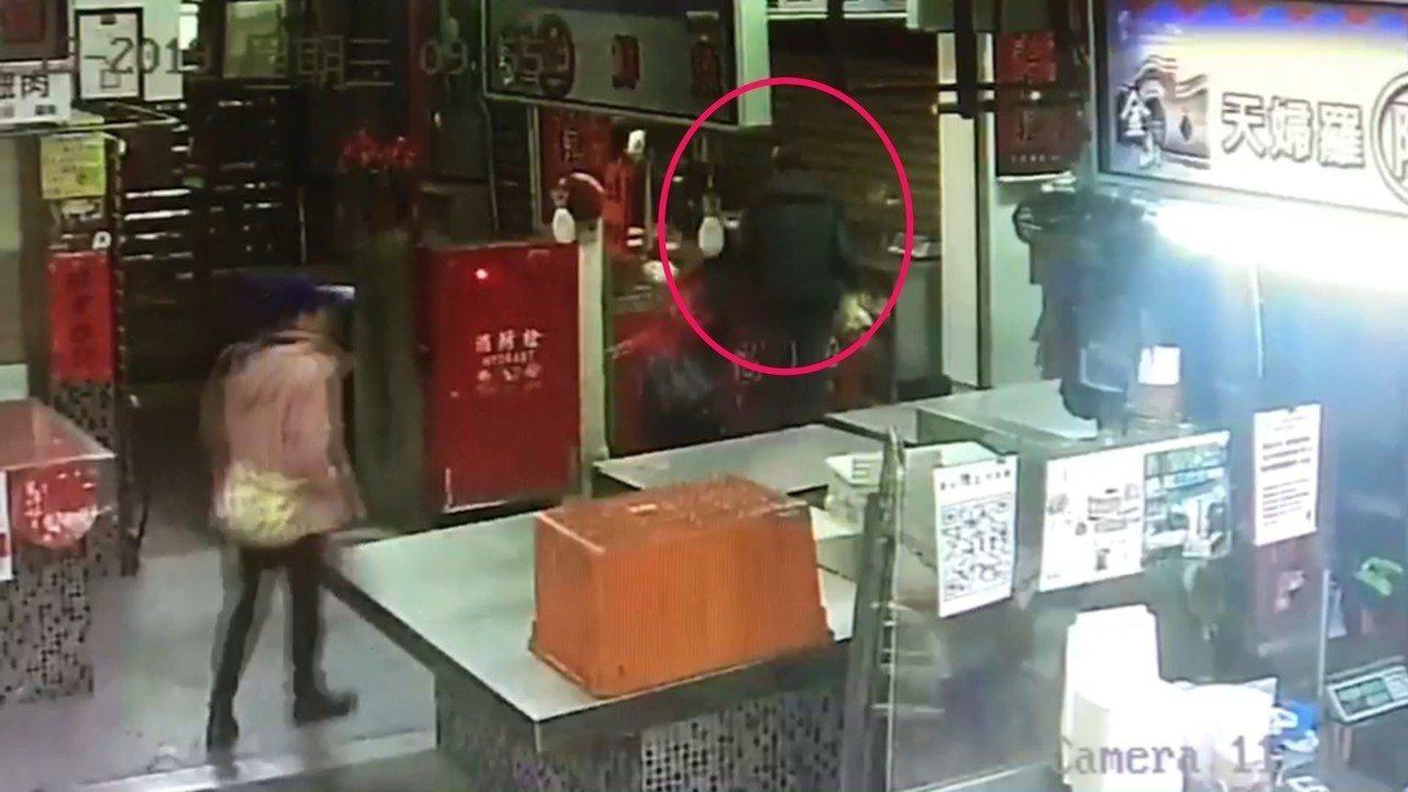 劉姓男子路過金山老街的傳統市場一間知名肉鬆店時,涉嫌偷走豬肉乾被逮。記者游明煌/...