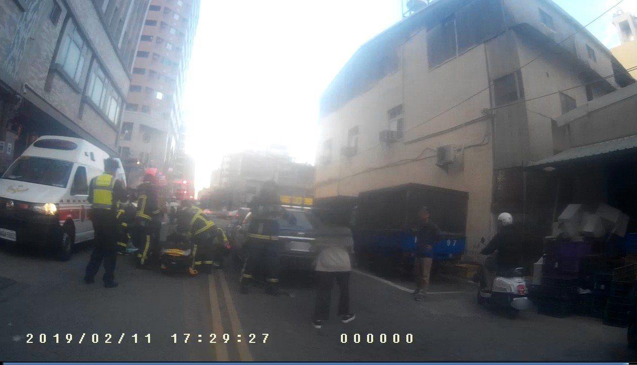 台中市何姓男子前天開車行經南區時,因心肌梗塞昏迷,導致轎車追撞前方賓士車,警消即...