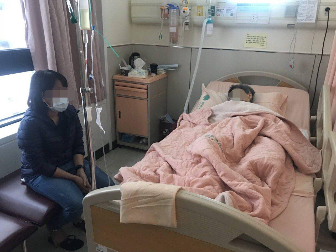 阿邦為了照顧高齡82歲的老母,想起醫院拿到「政府立案」快速派看護的名片,趕緊聯繫...