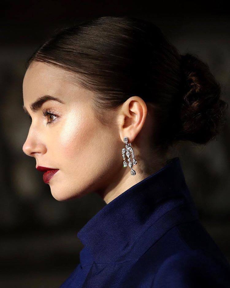 莉莉柯林斯出席第72屆英國影藝學院電影獎紅毯配戴卡地亞珠寶。圖/取自IG @li...
