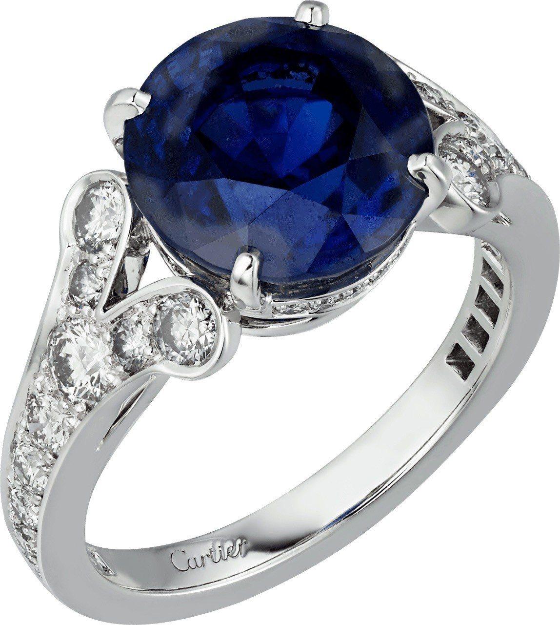 莉莉柯林斯配戴的卡地亞頂級珠寶系列戒指,鉑金鑲嵌藍寶石與鑽石,未定價。圖/卡地亞...