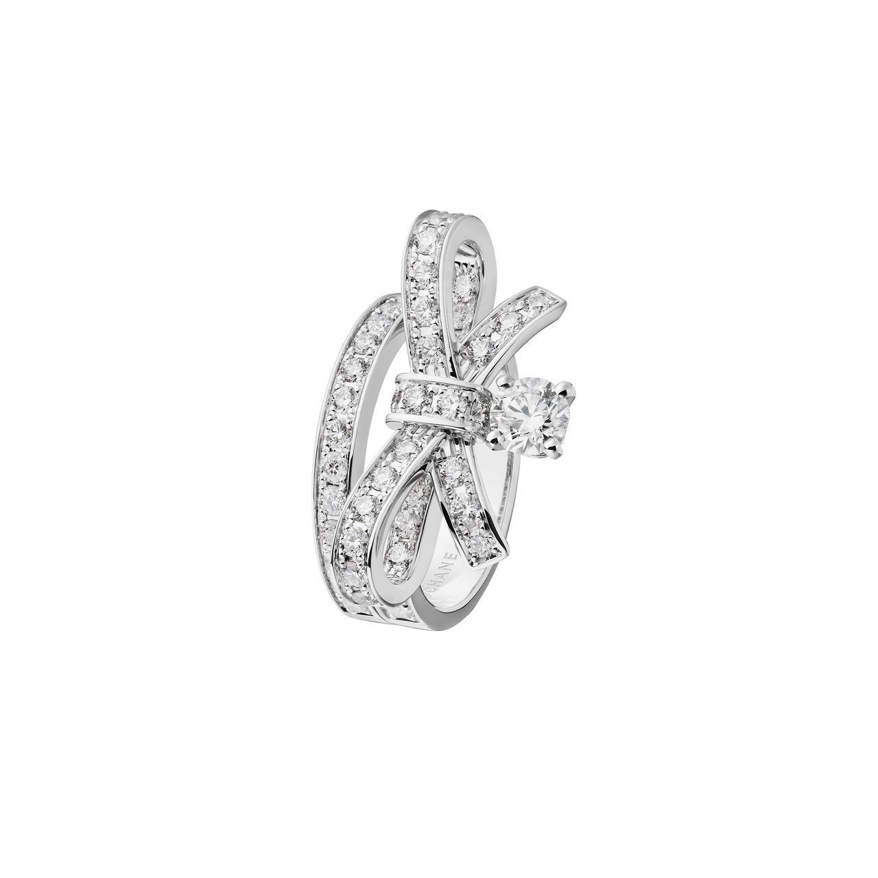 瑪格羅比配戴的Ruban多層次寬版鑽指,價格店洽。 圖/香奈兒提供