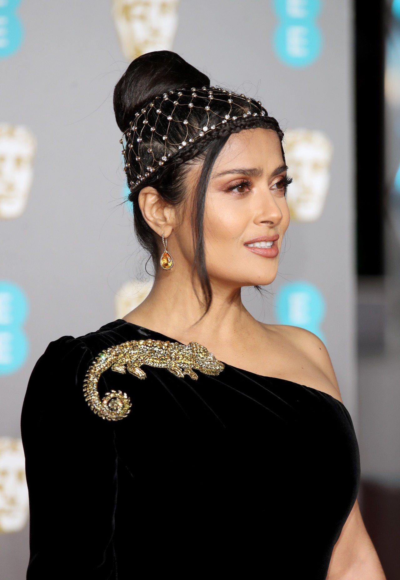莎瑪海耶克配戴寶詩龍珠寶,髮型別緻優雅,出席第72屆英國影藝學院電影獎紅毯。圖/...