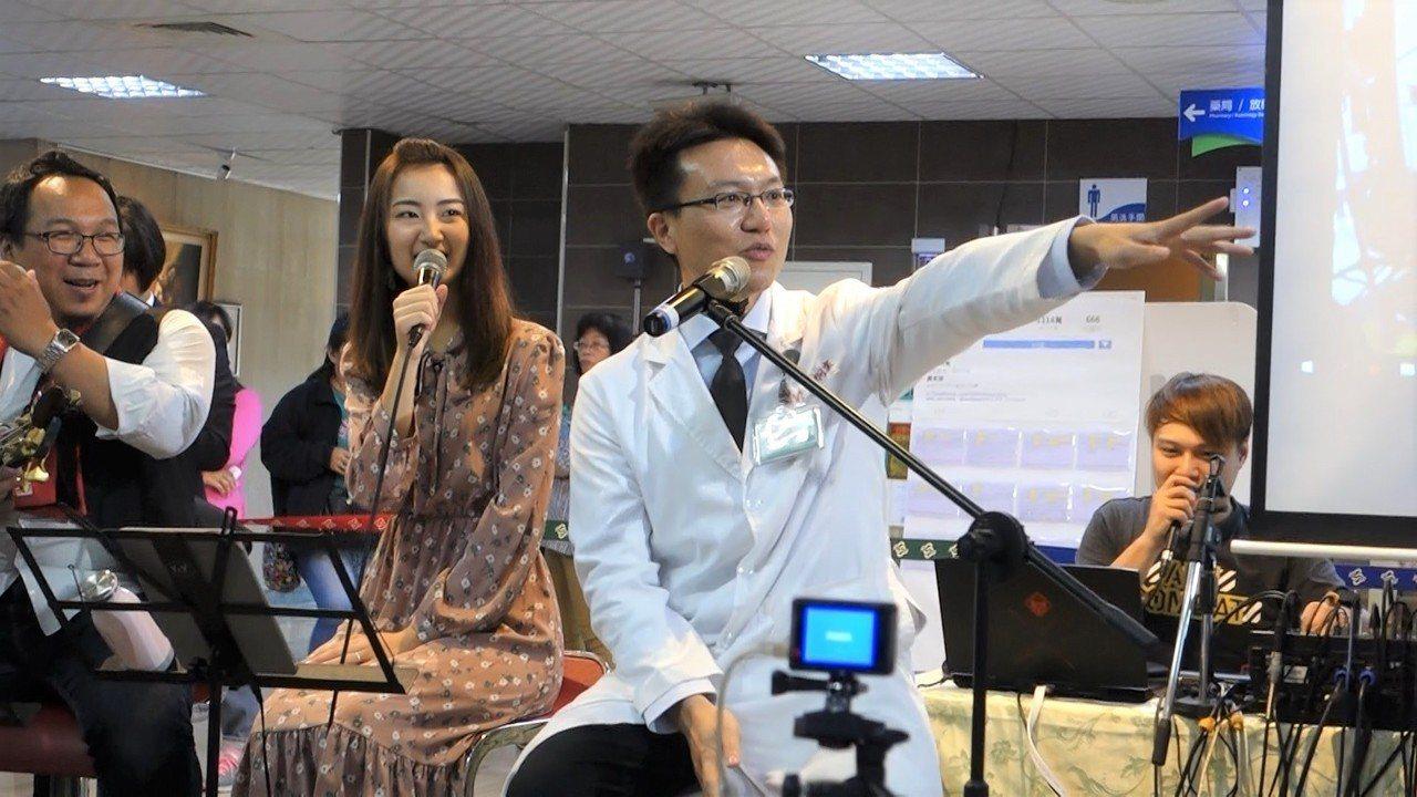 屏醫內科部長黃炯棠(右)今天結合衛教舉辦溫馨情人節音樂會,比照電台模式,希望民眾...