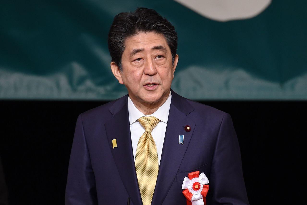 日本首相安倍晉三12日在國會表示,自己沒有智慧手機。(法新社)