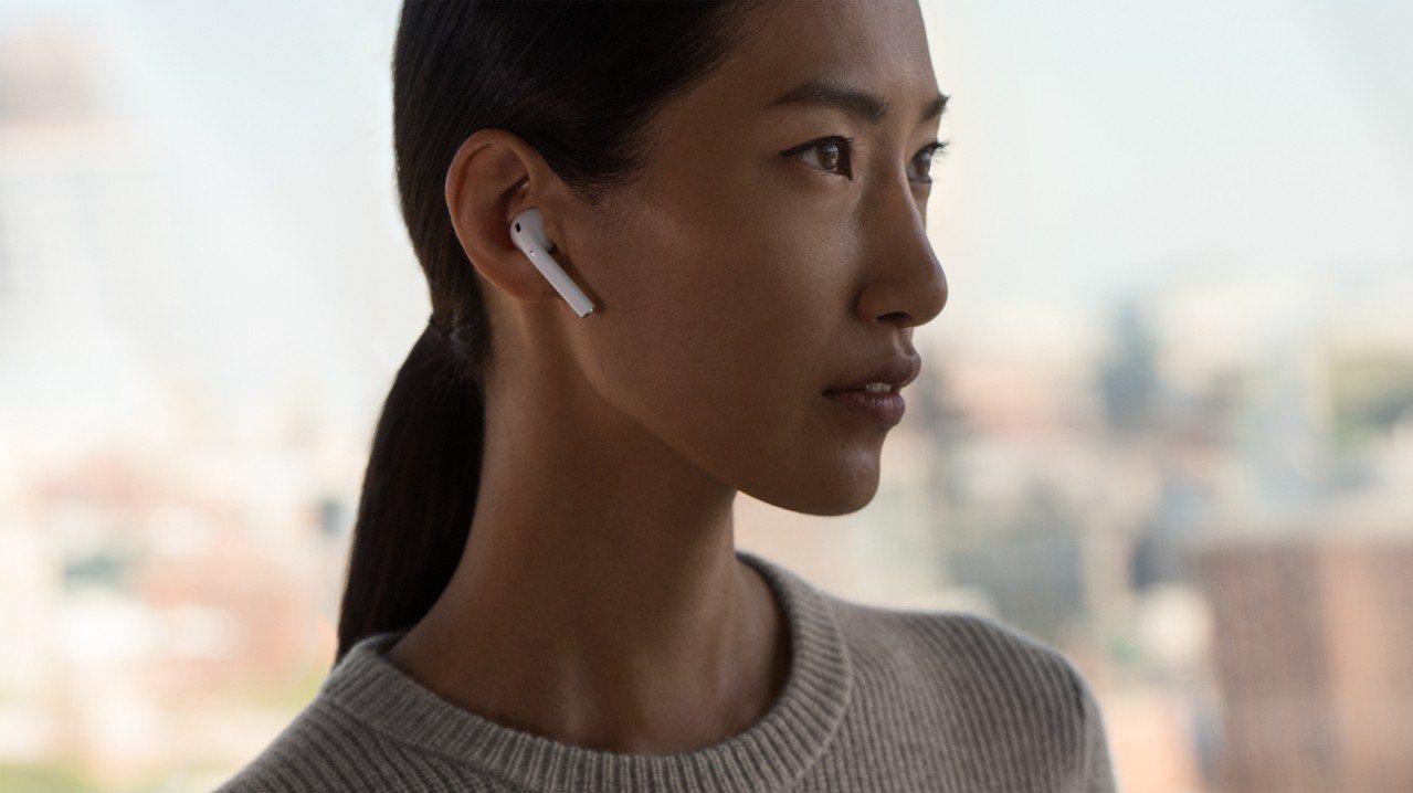 2016年底發表的第一代AirPods,被許多蘋果用戶讚為最值得入手配件。圖/蘋...