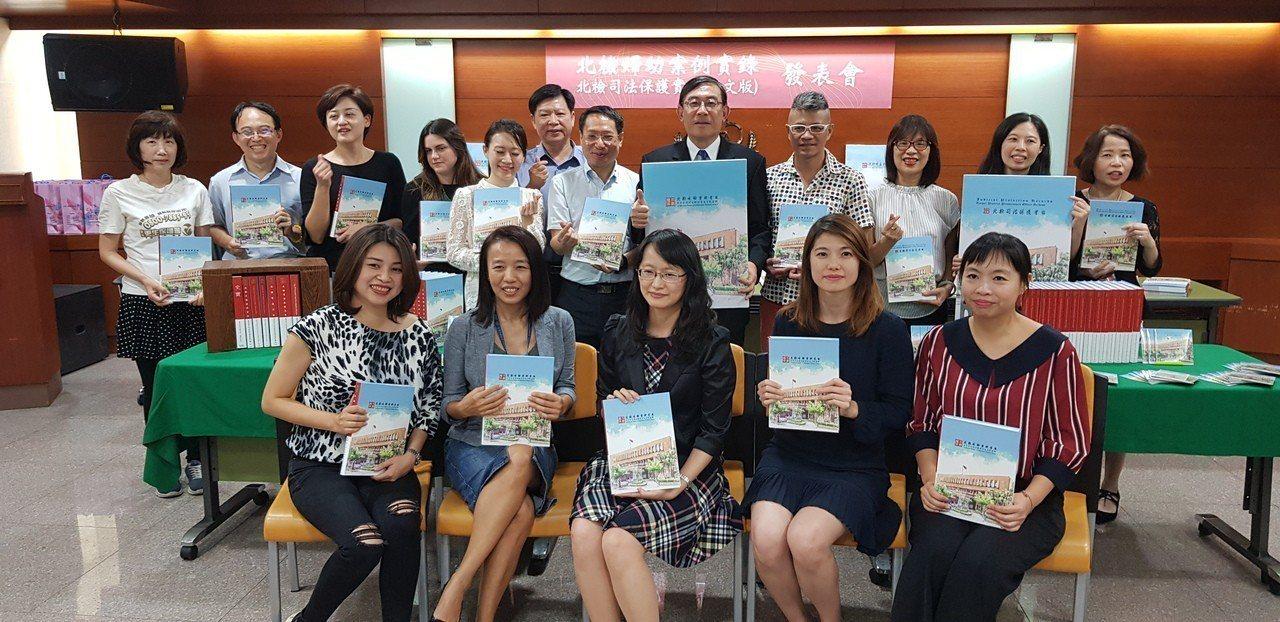 北檢主任檢察官黃珮瑜(前排左二)偵辦張姓家族裝憂鬱症詐保案。記者張宏業/攝影