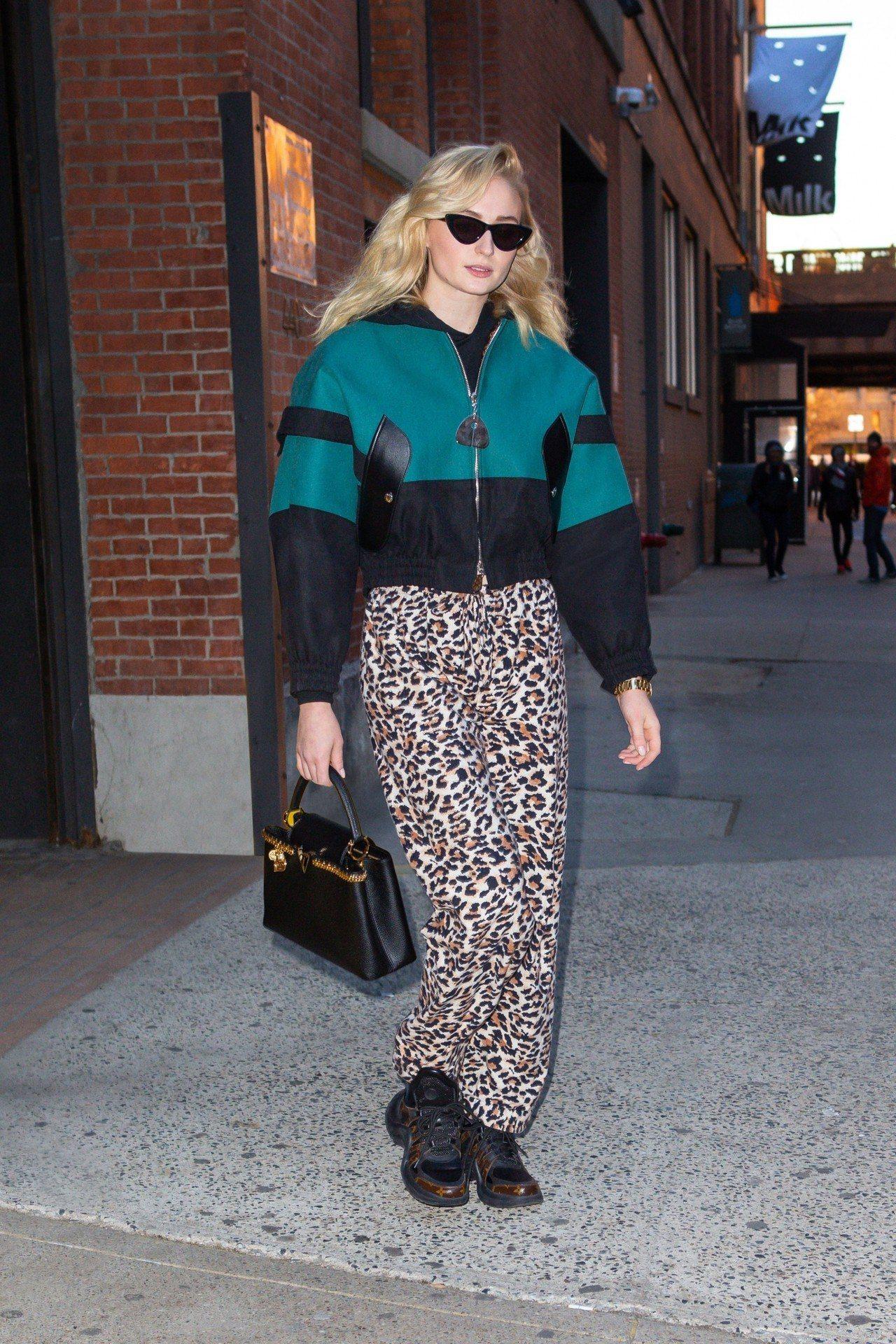 品牌好友蘇菲特納以太空繭型外套搭襯Capucines Windsor包款。圖/L...