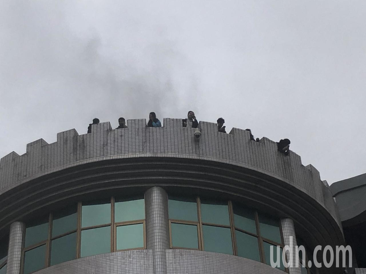 中國文化大學大典館5樓下午發生火警,疑似有16人受困頂樓,無安全顧慮,目前消防隊...