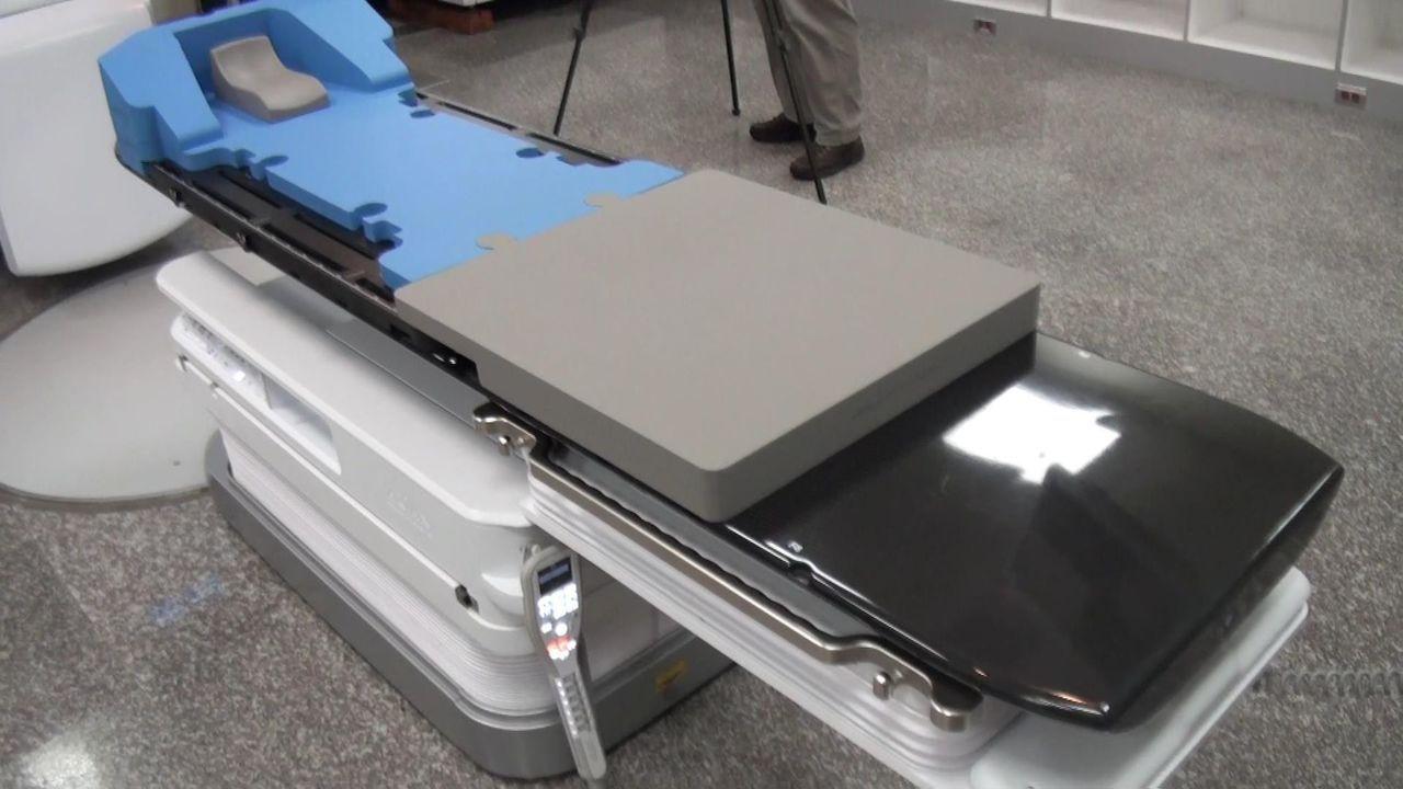 6D的治療床可以進行6個軸面的方向移動。記者王昭月/攝影