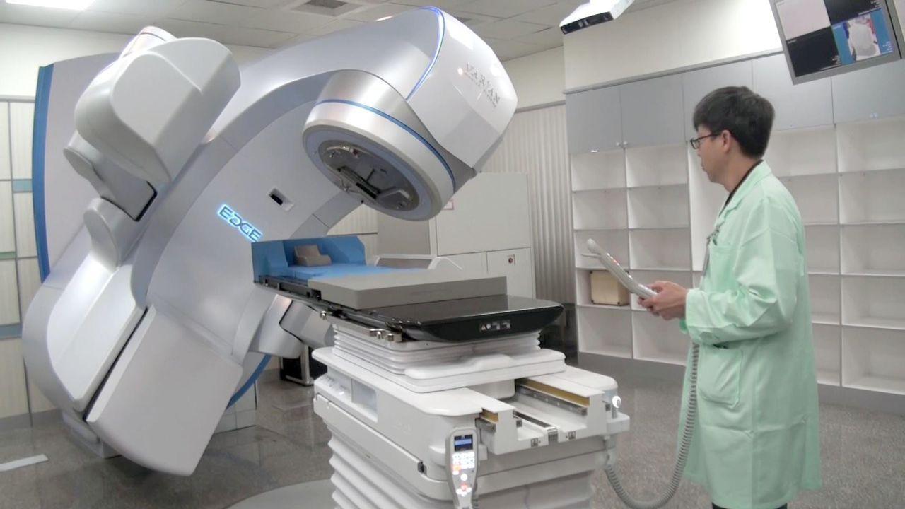 最新型的「Varian EDGE 6D速鋒刀 」,可更加精準針對腫瘤進行治療。記...